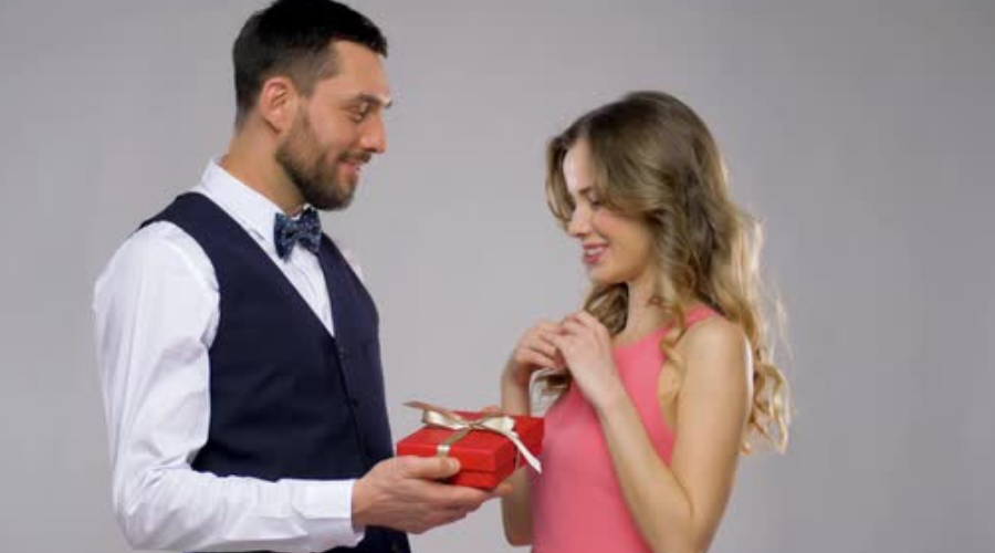 How to make her fall in love - Take a gift for her